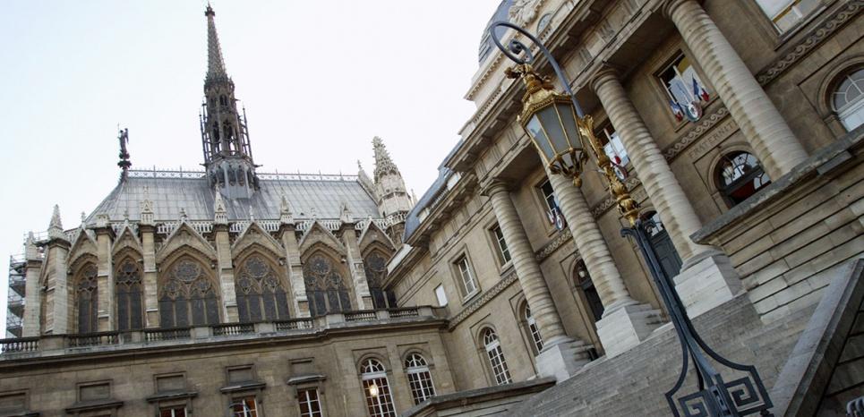 vue de la facade principale du palais de justice de Paris, avec la Sainte-Chapelle ‡ l'arriËre-plan (G), le 17 septembre 2002. AFP PHOTO JACK GUEZ / AFP PHOTO / JACK GUEZ